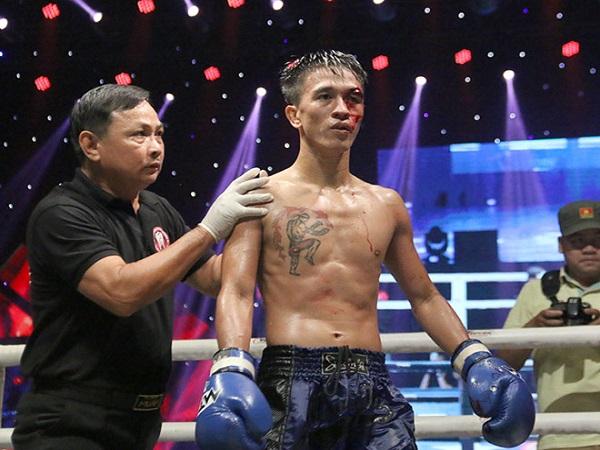 Võ sĩ Muay Việt bị rách mắt nhưng vẫn chiến đấu trước Thái Lan