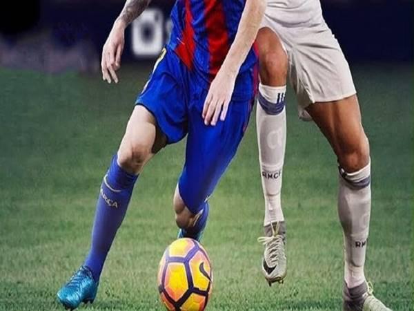 Cách đi bóng qua người đơn giản Cruyff Turn